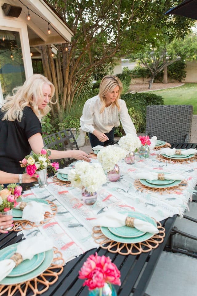 entertaining, outdoor entertaining, dinnerware, tablescape, table setting, placesetting, summer outdoor entertaining, backyard dinner party, centerpiece, flowers