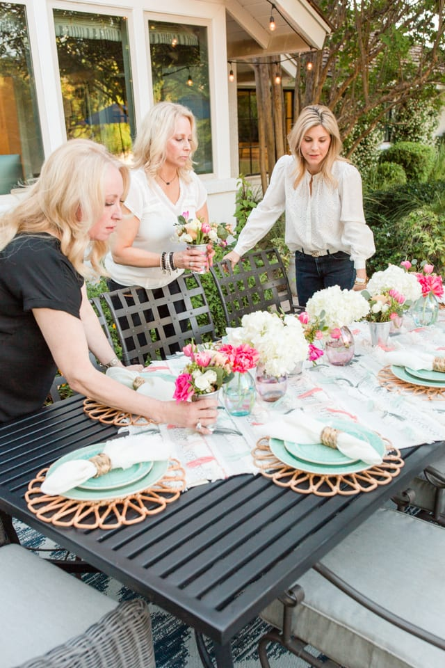 entertaining, outdoor entertaining, dinnerware, tablescape, table setting, placesetting, summer outdoor entertaining, backyard dinner party, flowers, centerpiece