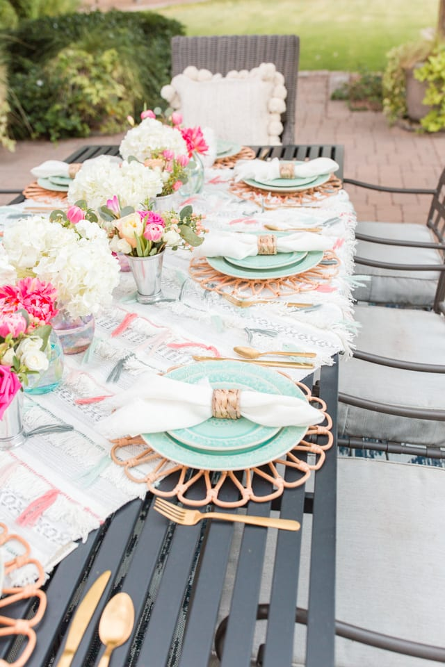 table styling, table decor, entertaining, outdoor entertaining, dinnerware, tablescape, table setting, placesetting, summer outdoor entertaining, backyard dinner party, flowers, centerpiece, flatware, dinnerware,