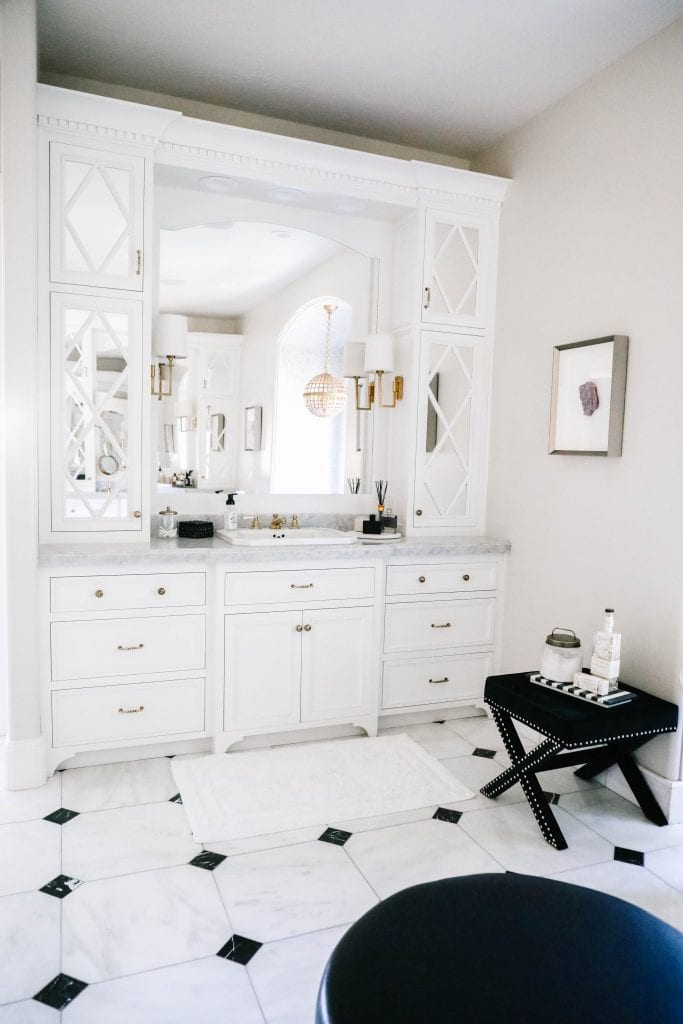 black and white master bath decor